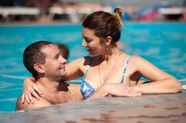 二つ目は、泳ぎながらボディタッチをすることです。