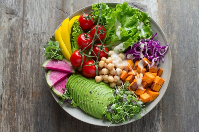 食べ順ダイエット「サラダを先に食べと痩せるのは本当か?」