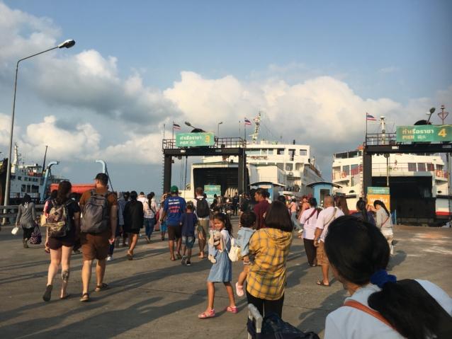 バスからボートに移動しサムイ島に到着