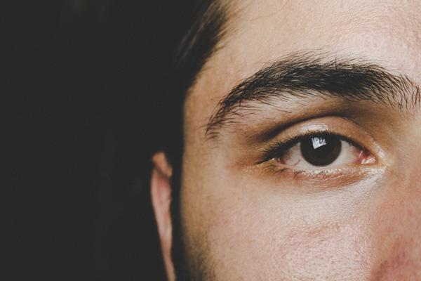 ぼさぼさ眉毛